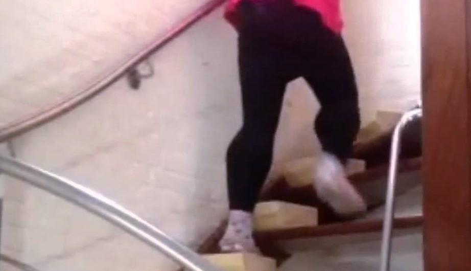 Meisje dat op de trap loopt met de spierziekte van Duchenne